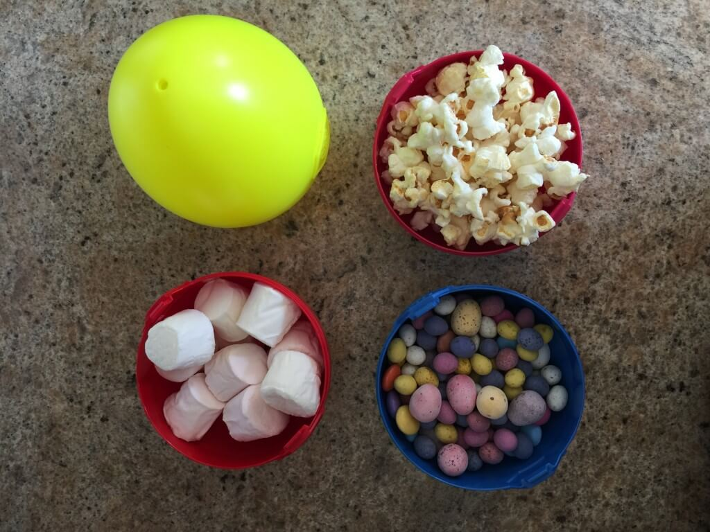 to make simple Easter egg and marshmallow popcorn in Playmobil egg